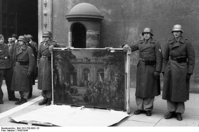 <p>4 gennaio 1944. Soldati tedeschi della &quot;divisione Hermann Göring&quot;, in posa di fronte a Palazzo Venezia a Roma, riconsegnano le opere d'arte del Museo Nazionale di Napoli, custodite nell'Abbazia di Montecassino da dove i tedeschi le avevano prelevate trasportandole a Spoleto.</p><p class='eng'>January 4, 1944. German soldiers of the &quot;Hermann Göring Division&quot;, posing in front of the Palazzo Venezia in Rome, return the works of art of the National Museum of Naples, kept in the Abbey of Montecassino from where the Germans had taken them to Spoleto .</p><p class='eng'>Italien, Rom, Palazzo Venezia.- Überführung von Kunstschätzen, Soldaten zeigen/präsentieren ein Gemälde; Div. Hermann Göring.<br />Bundesarchiv_Bild_101I-729-0001-23,_Italien,_Überführung_von_Kunstschätzen</p>